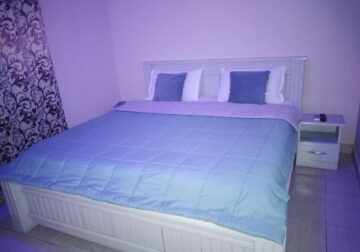 Furnished single bedroom apartment for short stay.